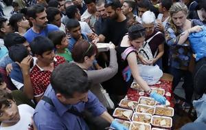 Τη σιτιση των προσφυγων στο λιμανι αναλαμβανει η φοιτητικη λεσχη του απθ...