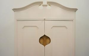 Μια ντουλάπα με… ντεκολτέ (εικόνες)