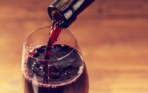 Αν στα χείλη σου μένει λεκές από κρασί,  δες αυτό το tip!