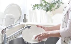Το πανέξυπνο κόλπο για να καθαρίσεις επίμονα λίπη από τα πιάτα