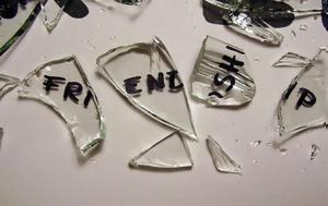 Οι πιο βαθιές πισώπλατες μαχαιριές γίνονται από φίλους «φίδια»