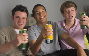 Tα 4 χαρακτηριστικά που συνδέονται με κατάχρηση αλκοόλ στην εφηβεία