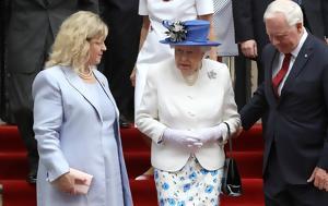 Ο άνθρωπος που παραβίασε το πρωτόκολλο αγγίζοντας τη βασίλισσα!