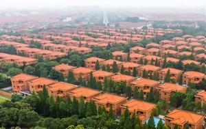 Το μυστηριώδες χωριό όπου όλοι είναι πλούσιοι και ζουν σε «φυλακές»
