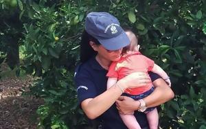 Η φωτογραφία που συγκίνησε το ελληνικό ίντερνετ: Η αστυνομικός που ηρεμεί στην αγκαλιά της το μωρό μετά από τροχαίο