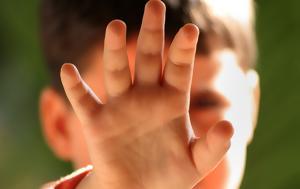 Στη δημοσιότητα οι φωτογραφίες του μικρού αγοριού,  που βρέθηκε μόνο του έξω από τον ναό