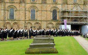 Γιατί υπάρχουν εκατοντάδες κενές θέσεις στα κορυφαία βρετανικά πανεπιστήμια;