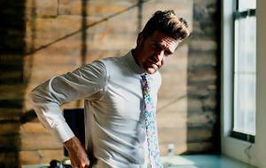Τι έχει να δώσει η floral γραβάτα στο μουντό φθινοπωρινό στυλ σου