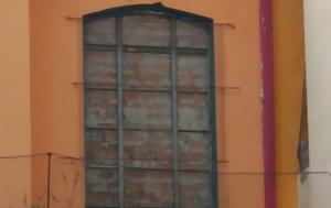Τα χτισμένα παράθυρα που προδίδουν γενική ανικανότητα