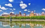 Η μικρή γαλλική πόλη με το επιβλητικό παλάτι,