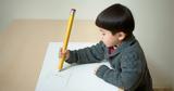 Τα παιδιά σήμερα δεν μπορούν να κρατήσουν σωστά τα μολύβια. Ο σοβαρός λόγος και οι συνέπειες αυτής της εξέλιξης,