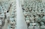 Το απάνθρωπο εργοστάσιο γαρίδας όπου οι γυναίκες δεν μπορούν να μιλήσουν,