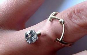 Οι άνθρωποι βάζουν σκουλαρίκια στα δάχτυλά τους αντί να φοράνε βέρες και φαίνεται τρομακτικό