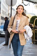 Η πιο στιλάτη celebrity φόρεσε ένα οικονομικό σακάκι από το αγαπημένο μας brand,