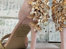 2acafb0384c Μητέρα άφησε ένα συγκινητικό μήνυμα στα νυφικά παπούτσια της κόρης της πριν  πεθάνει -Το υπέροχο αποτέλεσμα
