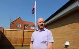 Τον αναγκάζουν να κατεβάσει τη σημαία από την αυλή του επειδή… παραπονιούνται οι γείτονες,