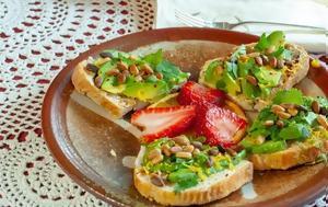 Μια σαλάτα με αυγό και αβοκάντο πάνω σε ψωμάκι τοστ για το brunch σου