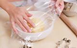 Το απίθανο κόλπο για να μην κολλάει η μεμβράνη του φαγητού στα χέρια,