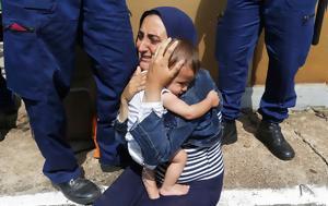 Στην αγκαλιά της μάνας: Η μητέρα – πρόσφυγας μέσα από συγκλονιστικές φωτογραφίες